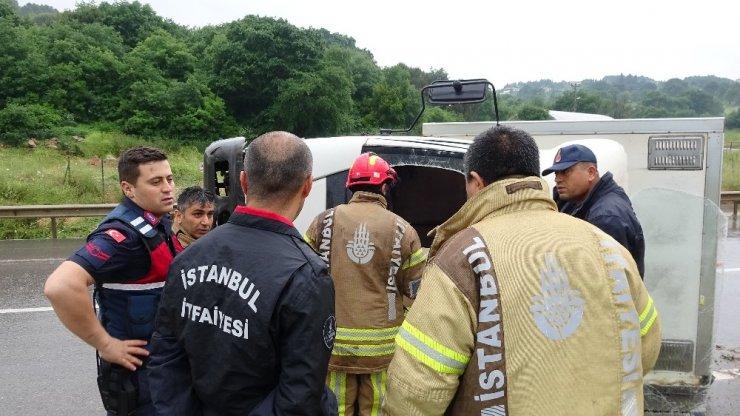 Şile yolunda, Virajı alamayan kamyon devrildi: 2 yaralı