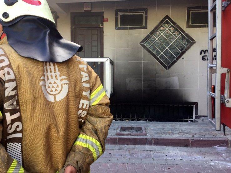 Sultangazi'de 2 Katlı Binada Yangın