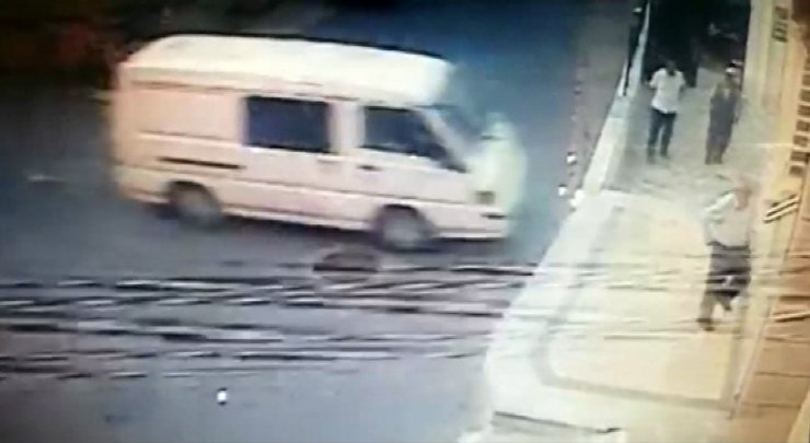 Ümraniye'de Kontrolden Çıkan Minibüsün Cami Duvarına Çarptı