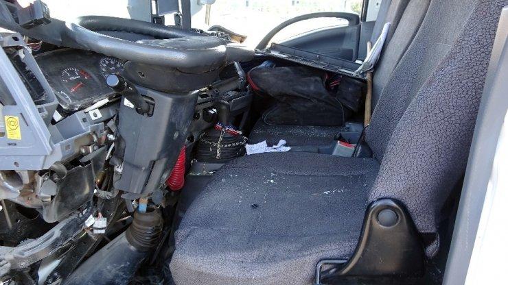 TEM'de 3 kamyon birbirine girdi, sürücü araç içinde sıkıştı