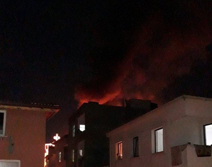 Esenler'de çatıda çıkan yangın paniğe neden oldu