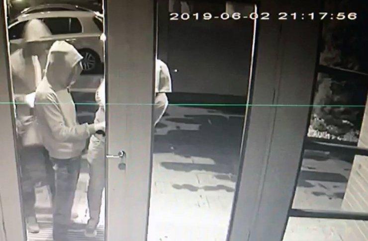Kadıköy'de hırsızlar önce kameraya sonra polise