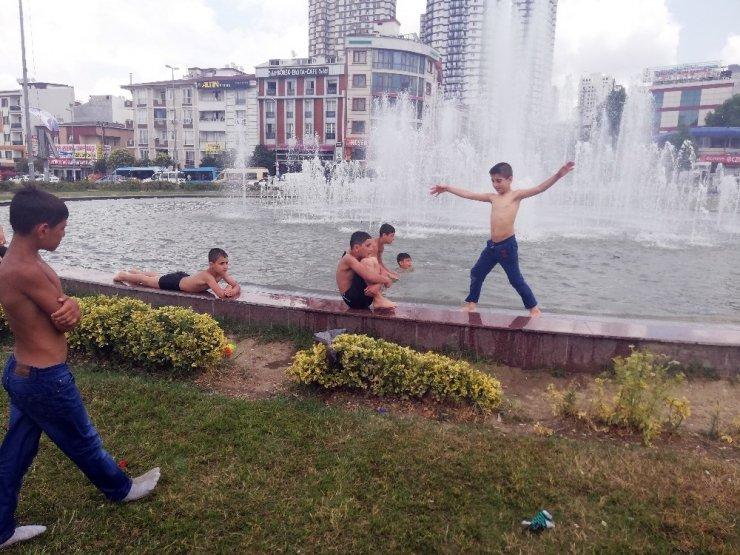 Çocukların süs havuzunda tehlikeli oyunu