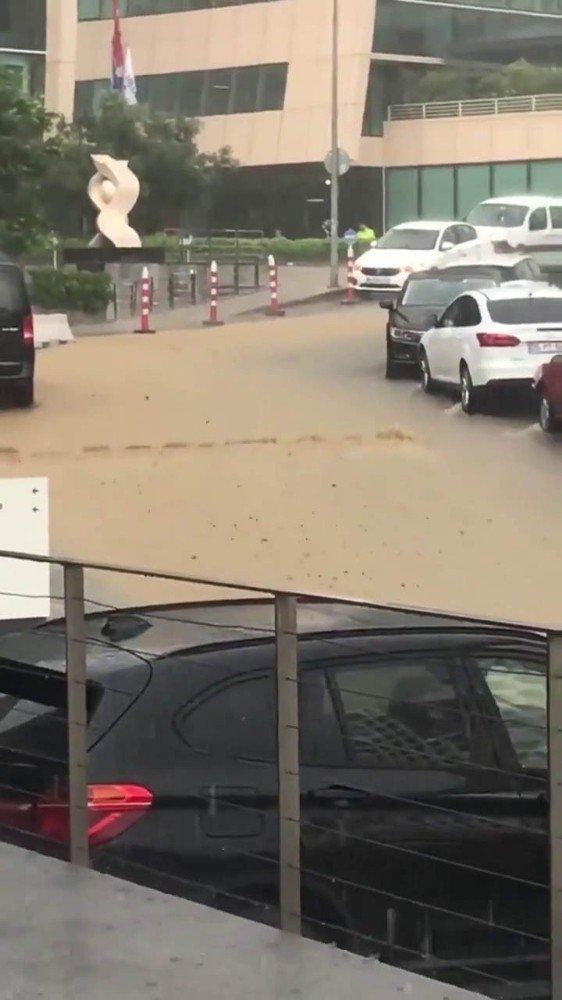 Beykoz'da bir vatandaş su birikintisinde aracıyla mahsur kaldı