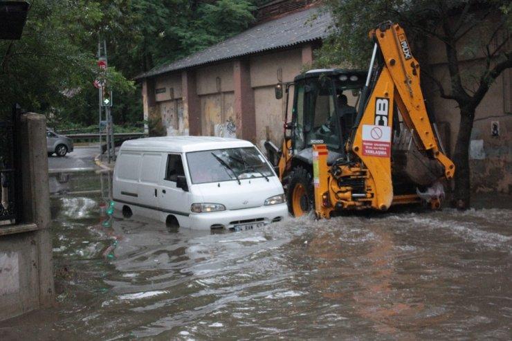 Beykoz'da yoğun yağış nedeniyle yolda oluşan su birikintisi havadan görüntülendi