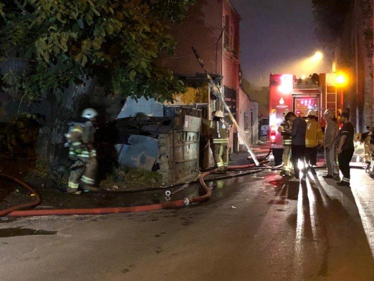 Fatih'te iki katlı ev alev alev yandı