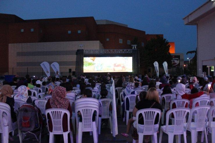 Zeytinburnu'nda açık havada sinema keyfi