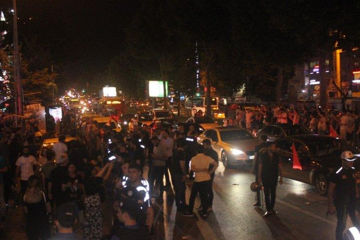 İmamoğlu'nun seçimi kazanması İBB önünde ve Beşiktaş'ta kutlandı