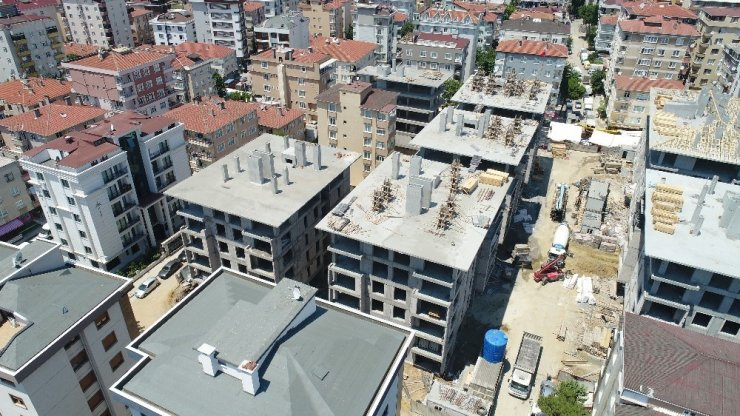 Kartal'da yıkılan binaların yerine yeni yapılan binaların çatıları yapılmaya başlandı