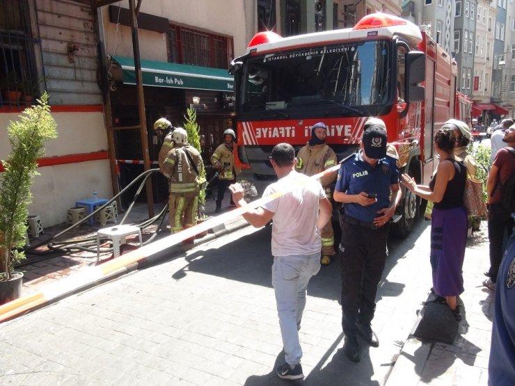 Beyoğlu'nda yanan binadan yere düşen cam parçaları paniğe neden oldu