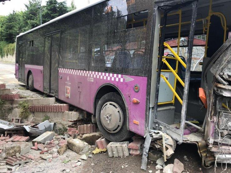 Üsküdar'da kontrolden çıkan halk otobüsü minibüse feci şekilde çarptı: 4 yaralı