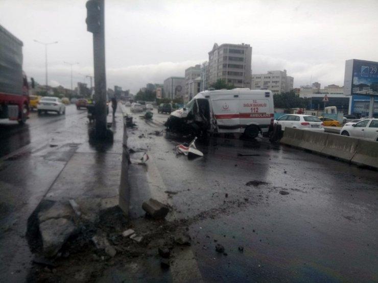 D-100 karayolunda kontrolden çıkan ambulans tabela direğine çarptı, 3 yaralı