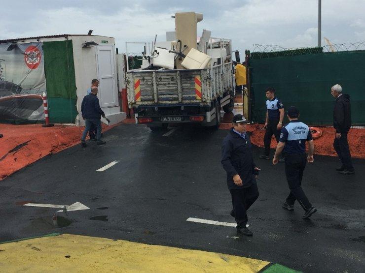 İBB ekipleri boğazda yüzlerce hayat kurtaran Genç Denizciler Dayanışma Derneği'ni tahliye etti