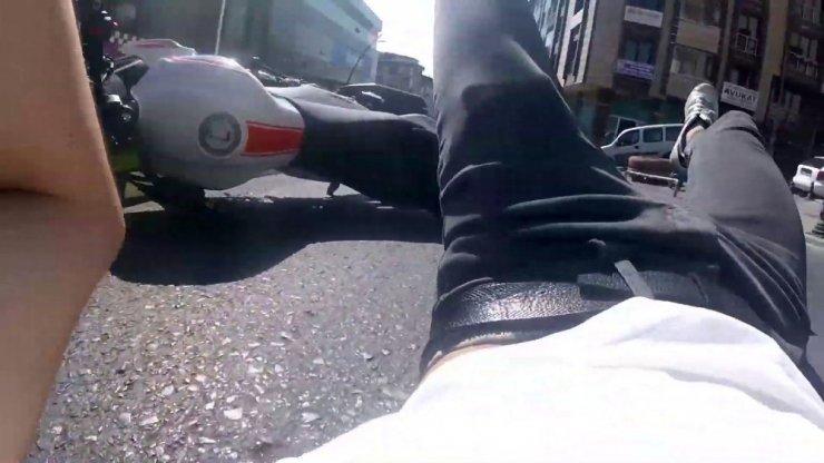 İSTANBUL'DA OTOBÜSÜ SOLLAMAK İSTEYEN MOTOSİKLETLİ GENCİN KAZASI KAMERADA