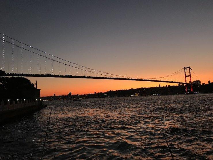 İstanbul'da akşam saatlerinde gökyüzü kızıla büründü