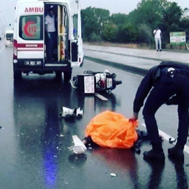 Ehliyetsiz genç motorla tır altında kalarak hayatını kaybetti