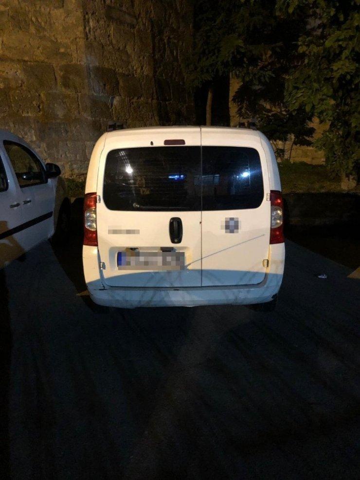 Fatih'te bir kişiyi silahla yaralayıp aracını gasp eden şahıslar yakalandı