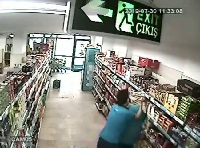 Bir market çalışanın kadın iş arkadaşına saldırdığı anlar kamerada