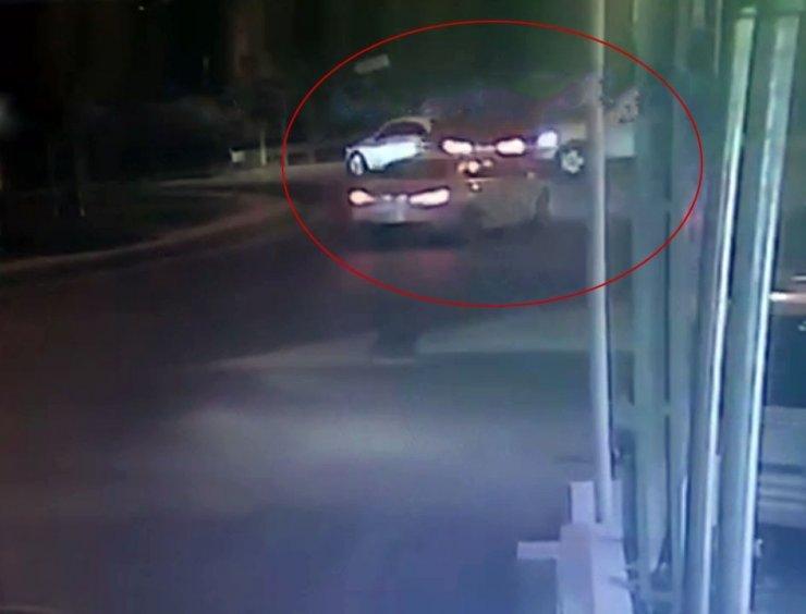 Cipten kaçtı otomobile ve ağaca çarptı