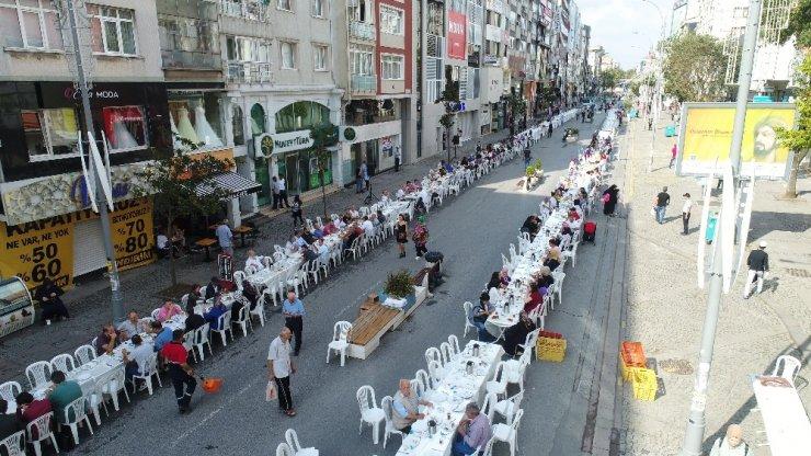 Yüzlerce esnafın dev kahvaltı sofrasında buluşması havadan görüntülendi