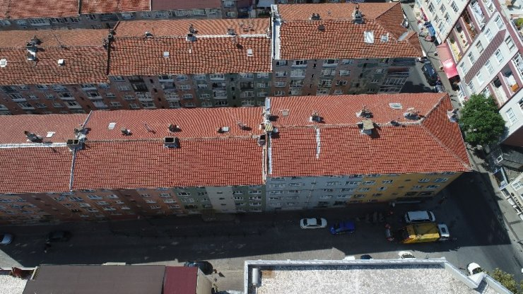 Bağcılar'da yıkılma tehlikesiyle boşaltılan bina havadan görüntülendi