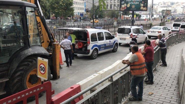 Kazada kepçenin dişlisine saplanan motosikletli genç ağır yaralandı