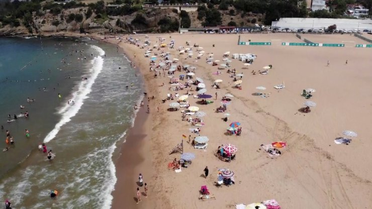 Nemden bunalan İstanbulluların akın ettiği Riva plajı havadan görüntülendi