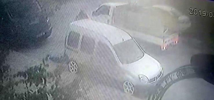 Araçtan 5 bin liralık ses sistemini çalan hırsızlar kamerada