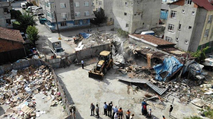 Ataşehir'de su baskınlarına karşı dere yatağındaki barakalar yıkıldı