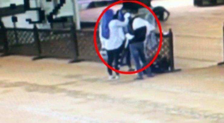Küçük kız çocuğu kullanarak turistlerin çantalarını çalan çete çökertildi