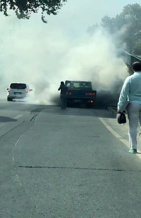 Fatih'te seyir halindeki kamyonette yangın çıktı, göz gözü görmedi
