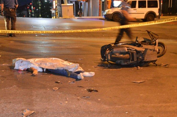 Fatih'te motosiklet ile otomobil çarpıştı, 1 kişi öldü, 1 kişi ağır yaralandı