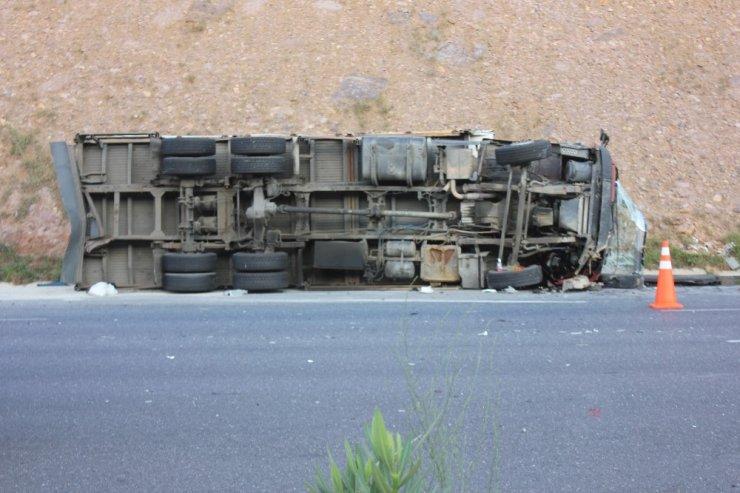 Kuzey Marmara Otoyolu'nda tır ile kamyon çarpıştı: 2 yaralı